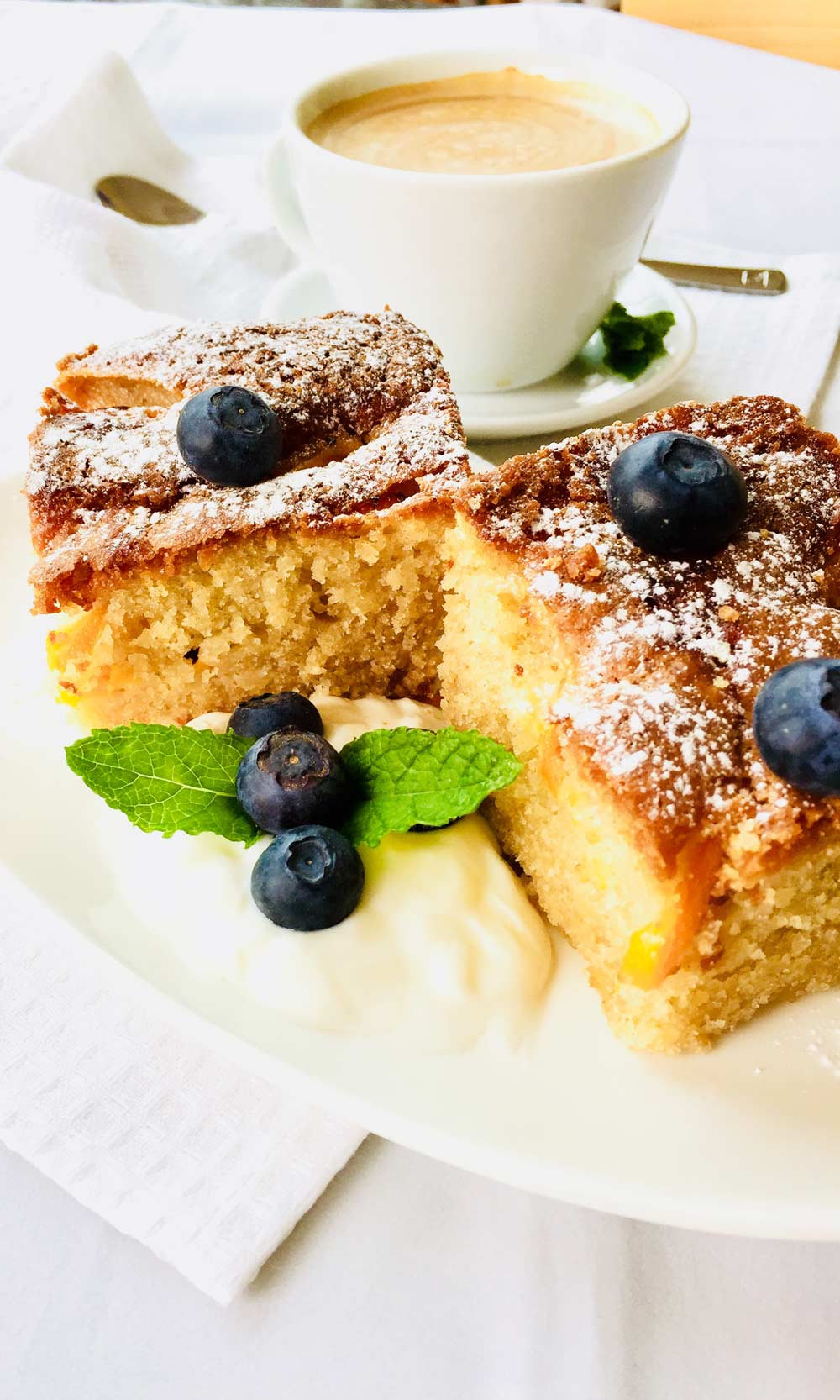 Some gluten free cake with almond and peaches.
