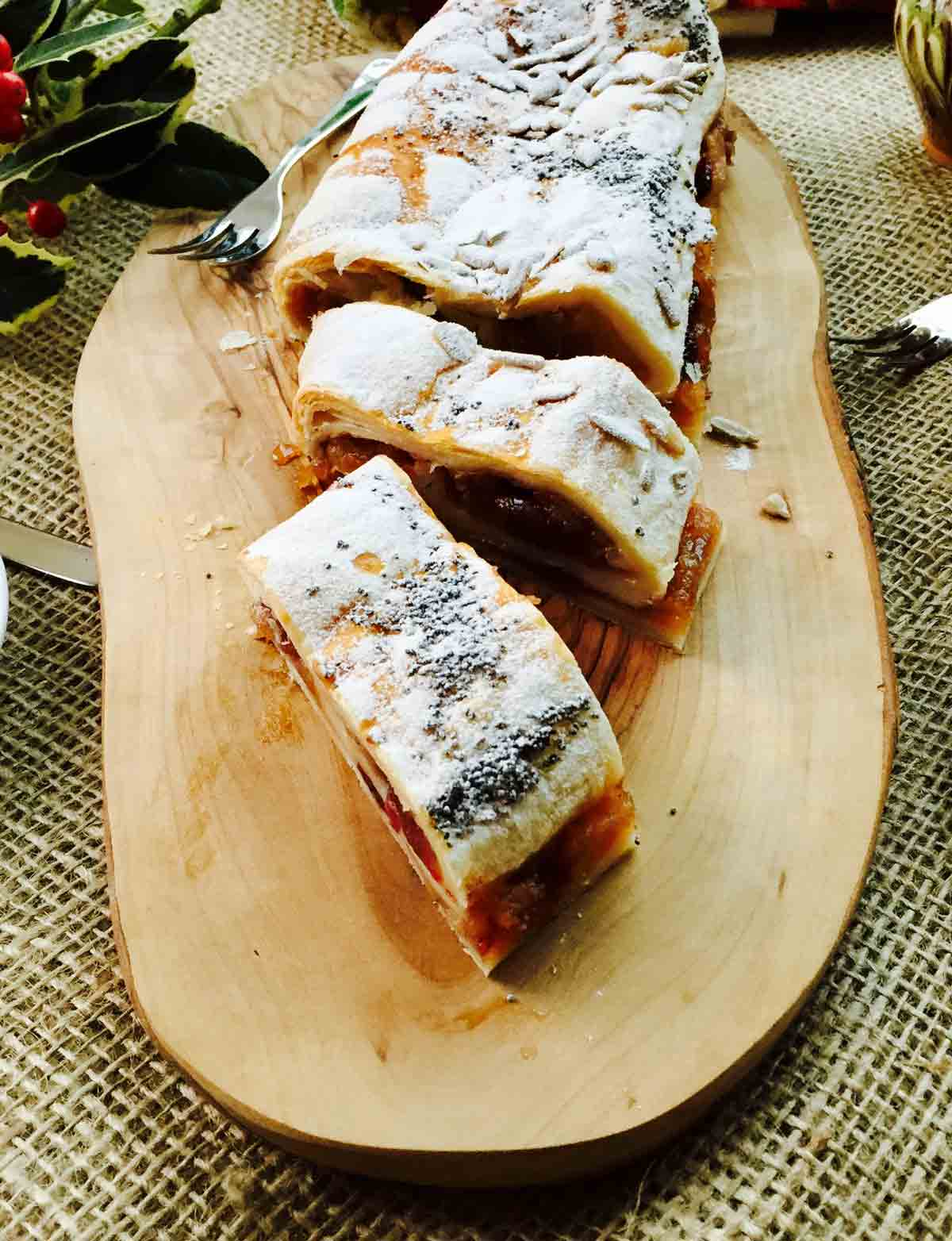 Some slices of delicious apple strudel (roulade).