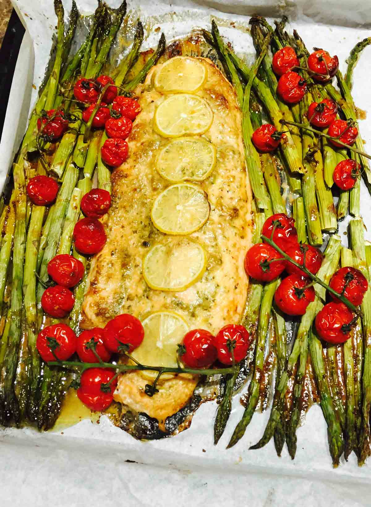This salmon pesto and asparagus bake is a great dish idea for parties, absolutely fast to prepare and delicious.